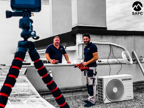 photo d'une équipe de société de climatisation entrain d'installer le groupe exterieur d'un split samsung freewind